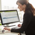 kobieta przegląda dane na komputerze